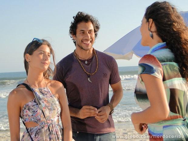 Carol nem percebe climinha ao fotografar os dois (Foto: Flor do Caribe / TV Globo)
