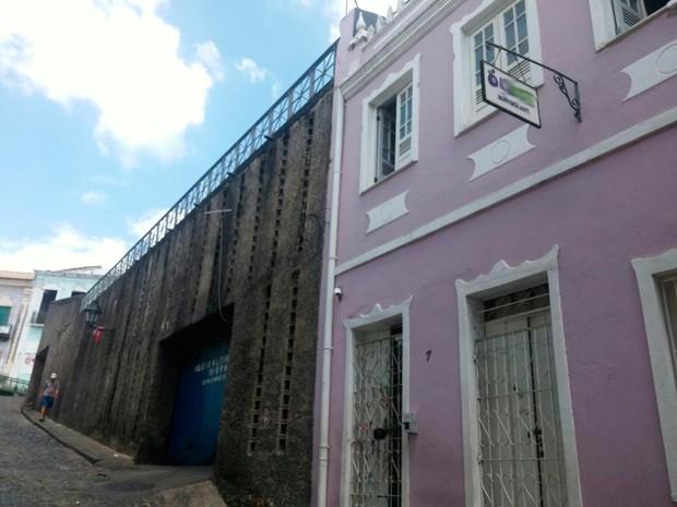 Dois turistas foram baleados durante assalto a hostel na madrugada desta terça (Foto: Juliana Almirante/G1)