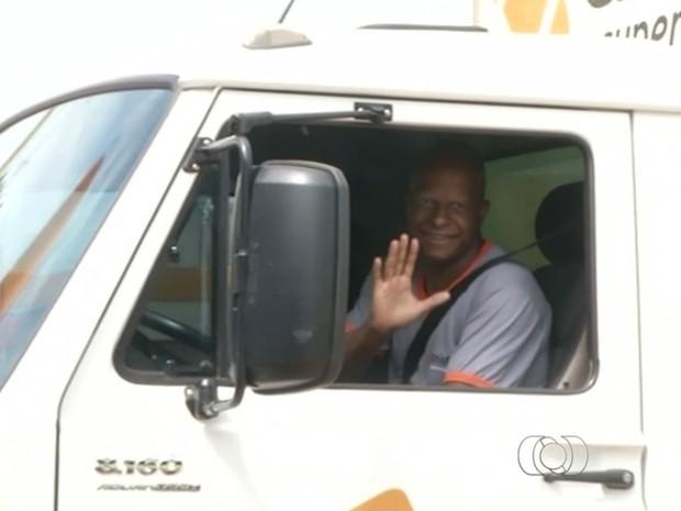 Flávio Soares, de 35 anos, conseguiu empego após entregar currículo no sinal Goiás Cidade Ocidental (Foto: Reprodução/ TV Anhanguera)