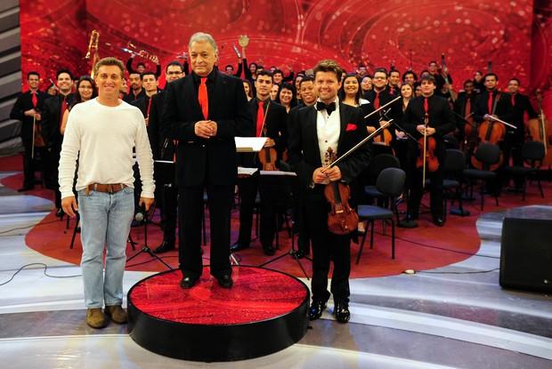 Luciano Huck, Zubin Mehta, Julian Rachlin e a Orquestra de Heliópolis (Foto: Caldeirão do Huck/ TV Globo)