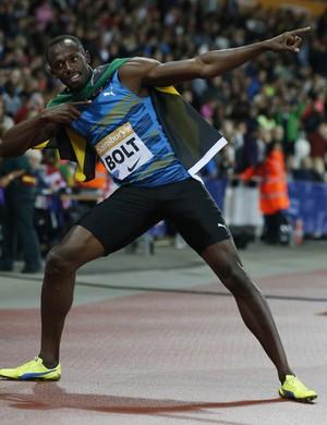 Bolt faz seu gesto característico depois da vitória nos 100m rasos (Foto: Reuters)