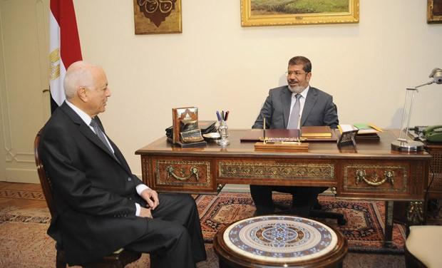 O presidente do Egito, Mohamed Mursi (dir.) encontra o chefe da Liga Árabe, Nabil El-Arabi, neste domingo (8) (Foto: Reuters)