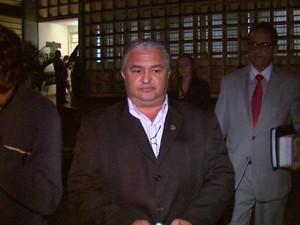 Napeloso, o filho e o advogado na saíde de audiência no Fórum de Araraquara (Foto: Ely Venâncio/EPTV)