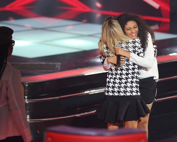 Bruna e Claudinha: abraço forte de pupila e técnica. Brown, no canto da foto, observa (Foto: (Foto: Isabella Pinheiro/TV Globo))