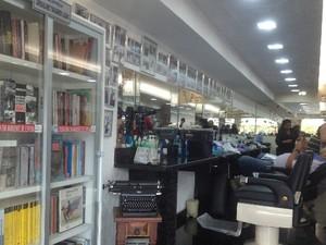 Com objetivo de criar espaço cultura, barbeiro inaugurou biblioteca dentro de barbearia, em Goiânia (Foto: Humberta Carvalho/G1)