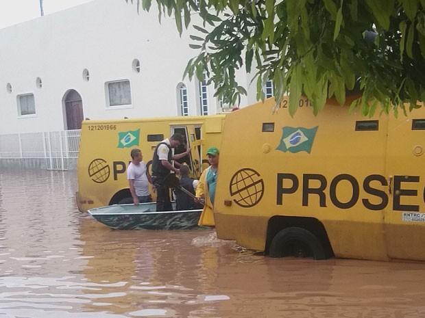 Ruas ficaram alagadas em Santa Maria da Vitória  (Foto: Alessandro Aguiar/VC no G1)