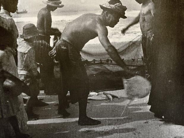 Pescadores de Copacabana em 1906, imagem de Alberto de Sampaio (Foto: Centro Cultural Correios Rio / Divulgação)