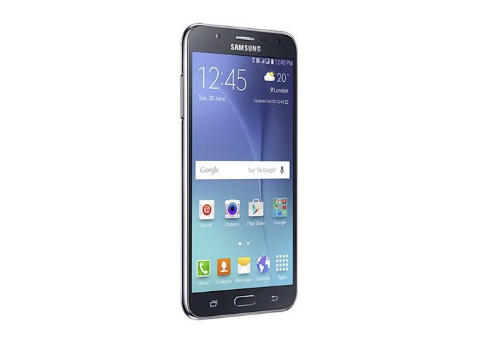 Galaxy J7 (2015) tem corpo de plástico e menos memória RAM que novo modelo (Foto: Divulgação/Samsung)