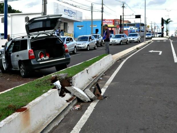 Homem fica ferido após atingir canteiro e invadir pista contrária de avenida em MS (Foto: Gabriela Pavão/ G1MS)