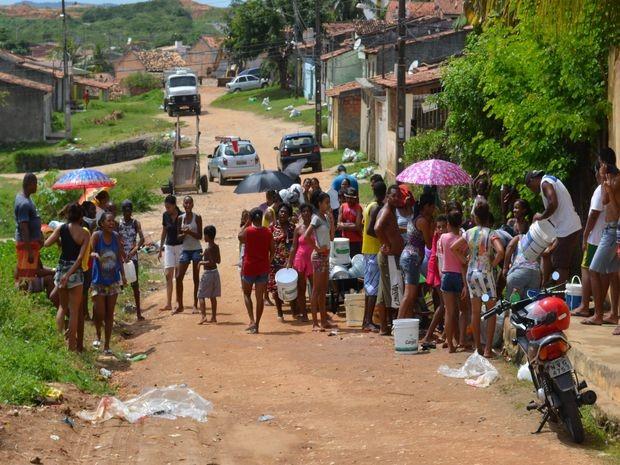 População faz fila para pegar águia em minadouro (Foto: Tássio Andrade/G1)