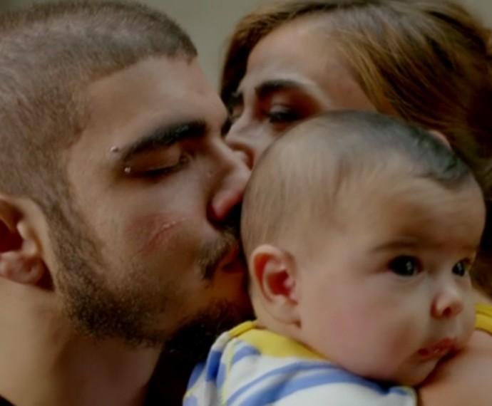 Margot se emociona com a saída de Grego da prisão (Foto: TV Globo)