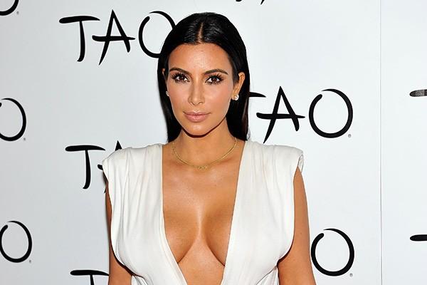 """Kim Kardashian tinha 14 anos quando teve sua primeira relação sexual - e foi com a aprovação de sua mãe. Em entrevista a Oprah, a atual esposa de Kanye West disse: """"Eu contei para minha mãe que perderia a virgindade e ela sugeriu que eu começasse a tomar anticoncepcionais"""". (Foto: Getty Images)"""