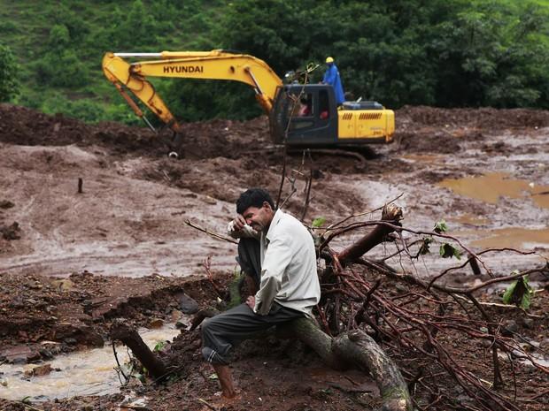 Chandrakant Zanjare, morador que afirma ter perdido 13 membros de sua família no deslizamento na vila de Malin, chora no local onde ficava sua casa, no estado de Maharashtra, oeste da Índia. Mais de 50 pessoas morreram no acidente causado pelas chuvas (Foto: Rafiq Maqbool/AP)