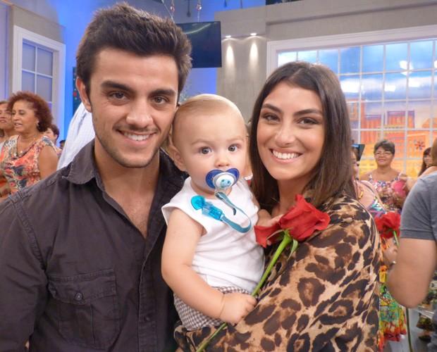 Nos bastidores do Encontro, o pequeno Joaquim entre o pai Felipe Simas e a mãe Mariana Uhlmann (Foto: Marcele Bessa / Gshow)