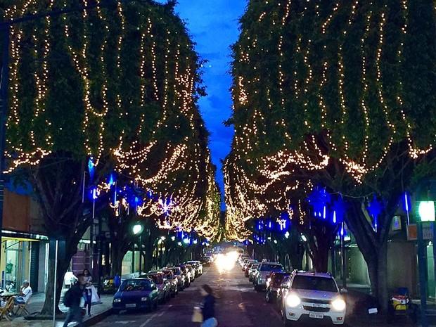 Rua São Paulo, no Centro, ganha iluminação especial em Poços de Caldas (MG). (Foto: Divulgação/Prefeitura Municipal de Poços de Caldas)