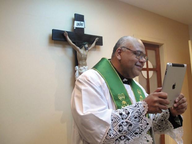 Padre Jorjão baixou a Bíblia online usa outros aplicativos que disponibilizam os salmos e a liturgia da Igreja (Foto: Tássia Thum/G1)