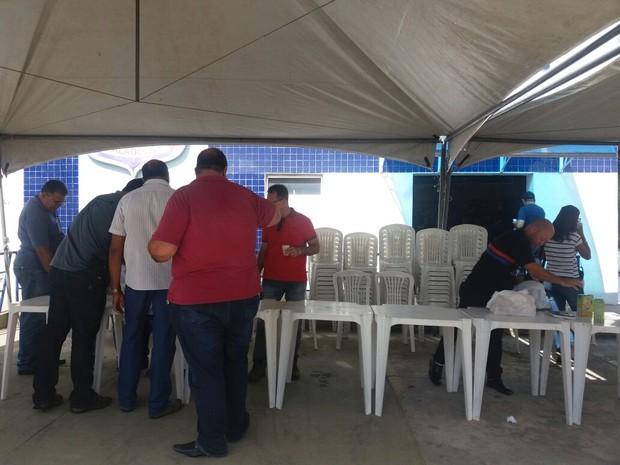 Policiais civis promovem café da manhã em frente a Central de Flagrantes de Maceió (Foto: Suely Melo/G1)