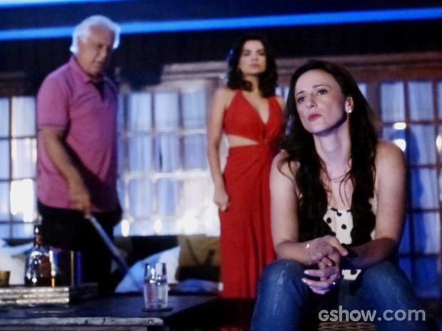 Aline gosta cada vez menos da presença de Rebeca (Foto: Amor à Vida/TV Globo)