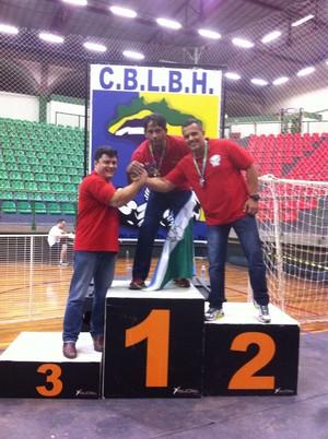 Sul-mato-grossenses no pódio do brasileiro de seleções de luta de braço, em SP (Foto: Arquivo pessoal/Emidio Rodrigues Jr.)