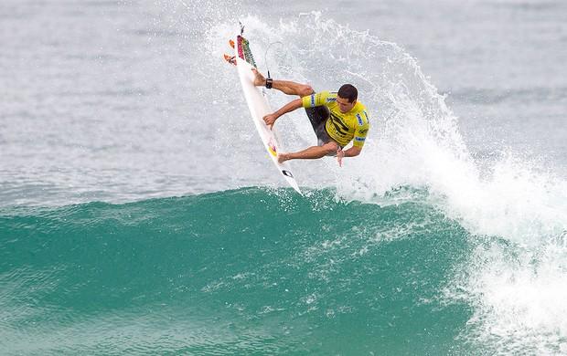 Adriano de Souza Mineirinho no surfe do Rio Pro na Barra da Tijuca (Foto: AP)