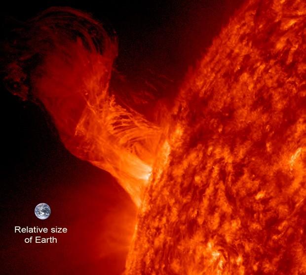 Erupção solar ocorrida em 31 de dezembro de 2012 teve um tamanho 20 vezes maior que o da Terra (Foto: NASA/SDO/Steele Hill)