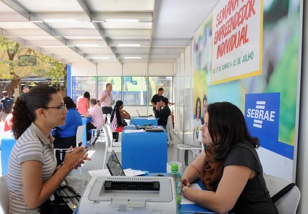 Funcionária do Sebrae conversa com microempreendedora ; microempresa ; MEI ;  (Foto: Agência Brasil)