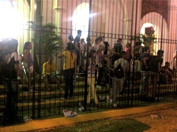 Grupo ficou na escadaria enquanto protesto se acalmava  (Foto: Tiago Conrado/Arquivo Pessoal)
