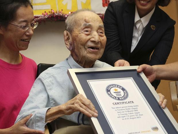 Yasutaro Koide, de 112 anos, recebe placa do Guinness World Records como o homem mais velho do mundo (Foto: Koji Sasahara/AP)