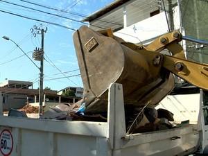 Vinte e uma caçambas de lixo já foram retiradas da casa de dona Helena (Foto: Reprodução/ TV Gazeta)