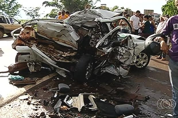 Acidente mata casal e filho de 3 anos sobrevive, em Bom Jesus de Goiás (Foto: Reprodução/TV Anhanguera)