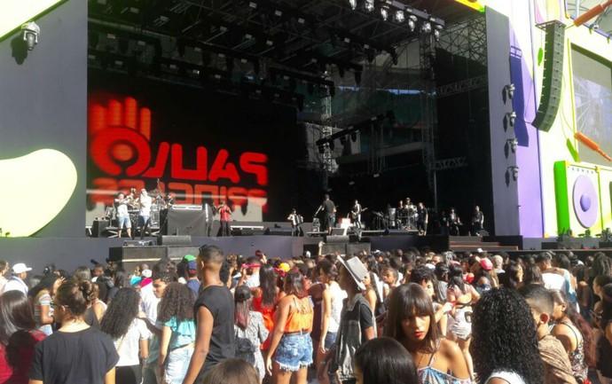 Público curte som de Dj antes da primeira apresentação no Festival de Verão (Foto: Alan Oliveira/Gshow)