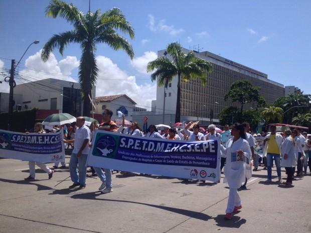 Técnicos em enfermagem saíram em passeata por volta das 10h50, no Recife (Foto: Kety Marinho/ TV Globo)