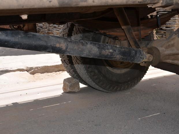 Após acidente pedra foi recolocada para evitar que caminhão decesse novamente  (Foto: Walter Paparazzo/G1)