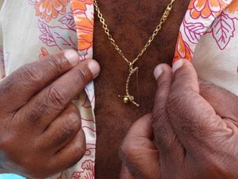 Pingente representa paixão pelo berimbau. (Foto: Luna Markman/ G1)