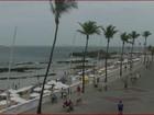 Mesmo com tempo nublado, praias de Salvador ficam movimentadas