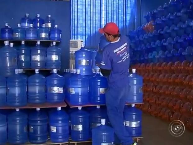 Preços de galões de água subiram e a procura também (Foto: Reprodução/TV Tem)