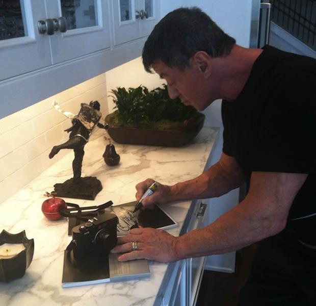 Stallone autografa o manual da máquina vendida pela internet (Foto: eBay.com)