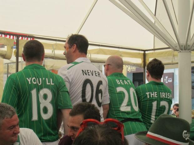 """Torcedores da Irlanda se juntam e formam a frase (em inglês): """"Vocês nunca derrotarão os irlandeses"""". Festa total em Poznan (Foto: Marcos Felipe / GLOBOESPORTE.COM)"""