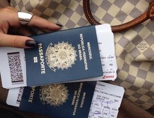 Laryssa postou em rede social a foto dos passaportes dela e da amiga no momento que embarcaram para Barcelona. (Foto: Reprodução/ Facebook)