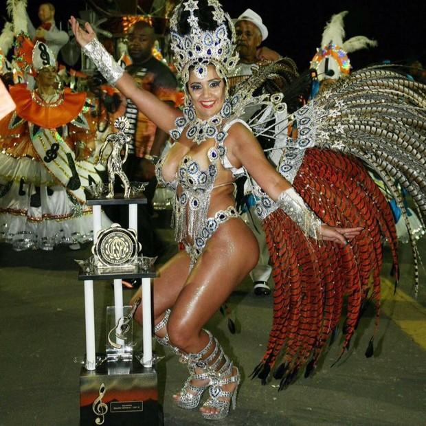Paola Serpa, rainha de bateria da Imperatriz Dona Leopoldina, posa com o troféu do carnaval 2016 (Foto: Reprodução/Facebook)