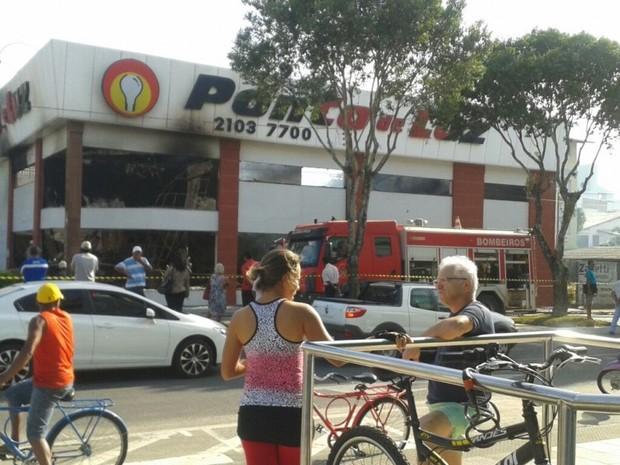 Loja ficou destruída com incêndio em Linhares, no Espírito Santo (Foto: Samira Ferreira/ A Gazeta)