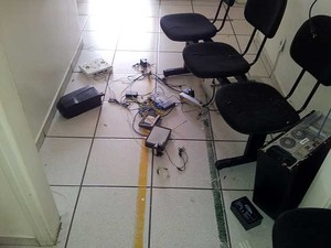 Assaltantes invadiram sala onde fica servidor de consultório em Campinas e quebraram equipamentos de informática (Foto: Marcello Carvalho/G1 Campinas)
