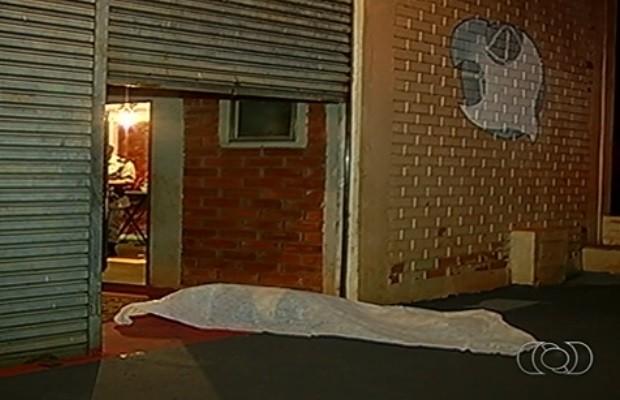 Pastor foi morto quando pintava calçada de igreja em Rio Verde Goiás (Foto: Reprodução/TV Anhanguera)