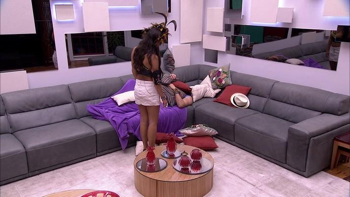 Emilly observa Marcos dormindo no sofá (Foto: TV Globo)