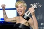 Miley Cyrus comemora o prêmio de Vídeo do Ano por 'Wrecking Ball'