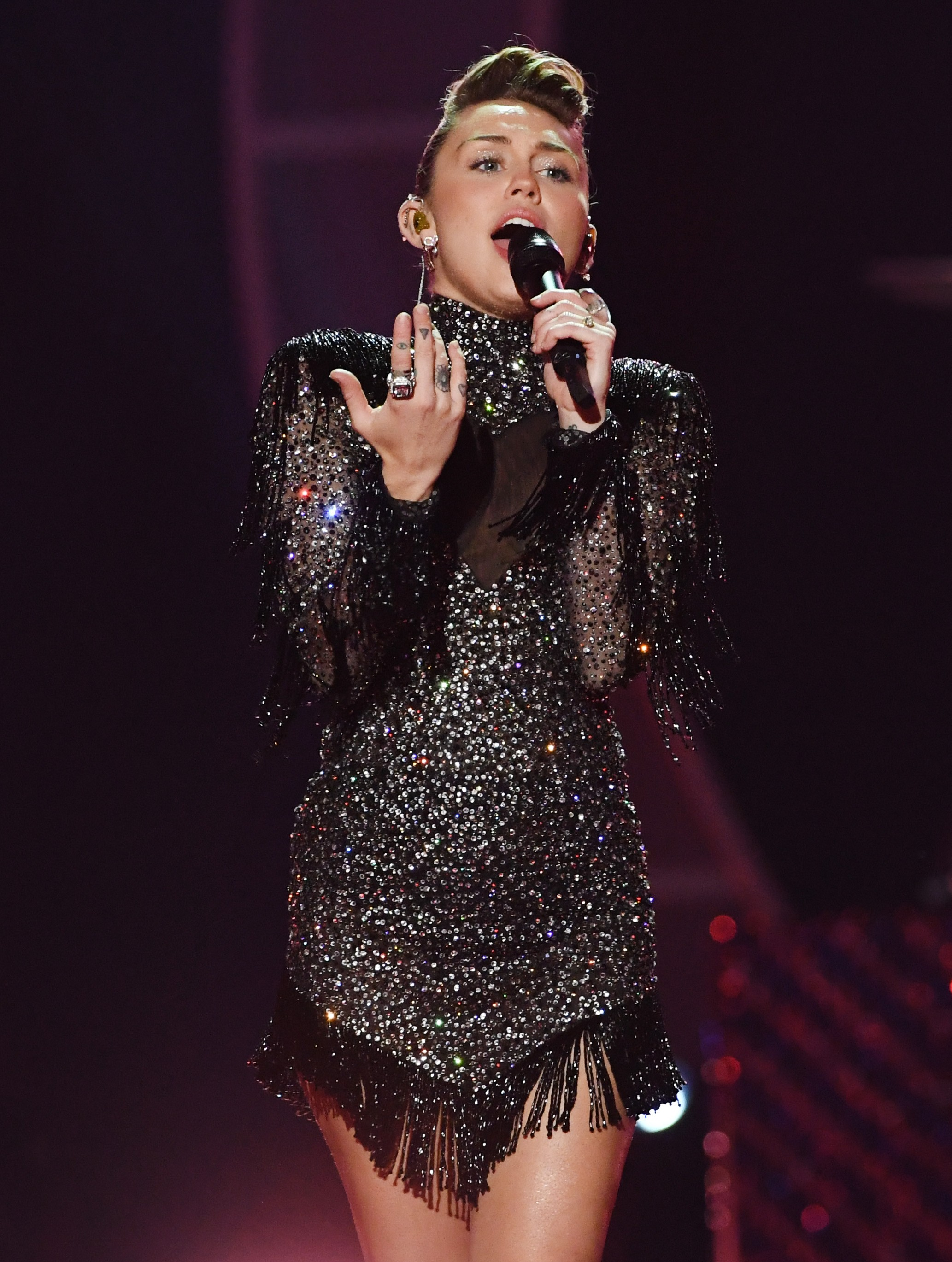 Miley Cyrus veste Maison Alexandrine by Rapha Mendonça em show (Foto: Kevin Winter/Getty Images)