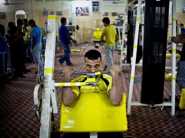 """Homem malha em academia do Iraque. De acordo com estudo, malhação mais """"puxada"""" é resultado de preocupação com o que outros homens pensam sobre o corpo e tamanho do pênis (Foto: Ayman Oghanna/The New York Times)"""