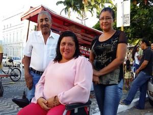 Roseana Alves dos Santos (ao centro) foi acompanhar a Procissão do Senhor Morto (Foto: Derek Gustavo/G1)