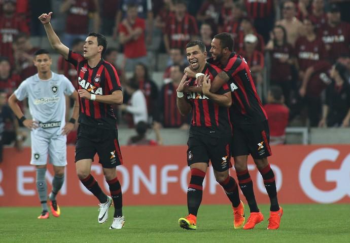 hernani gol atlético-pr x botafogo arena da baixada (Foto: Giuliano Gomes/PR Press)