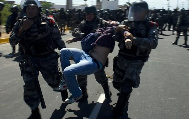 confronto polícia torcida castelão manifestação (Foto: Vanderlei Almeida/AFP)
